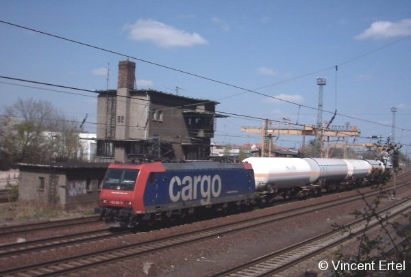 Die SBB-Cargo 482 001-5 hat am 21. April 2005 gerade den Bahnhof Leipzig-Stötteritz passiert, und setzt ihren Weg mit einem kurzen Kesselwagenzug in Richtung Süden fort.