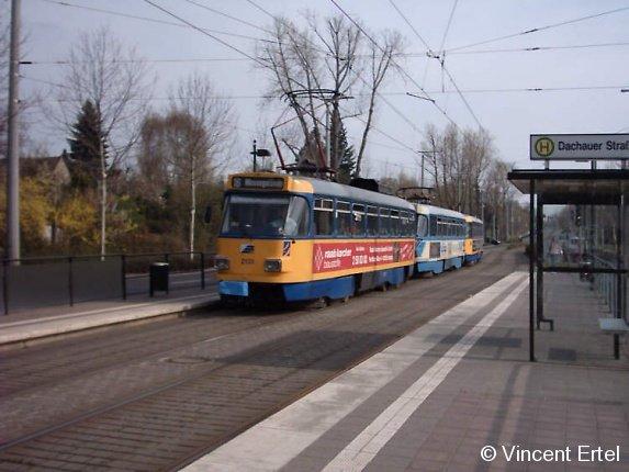 Der Wagen 2131 der LVB fährt im Sommer 2004 in die Haltestelle Dachauer Straße in der Nähe des Leipziger Messegeländes ein.