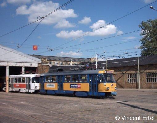 Der Leipziger T4D-M 2157 steht Anfang 2004 an einem Wochenende im Straßenbahnhof Wittenberger Straße abgestellt. Am Wochenende wurden von dort aus nur NGT8 eingesetzt, alle Tatras sind abgestellt.