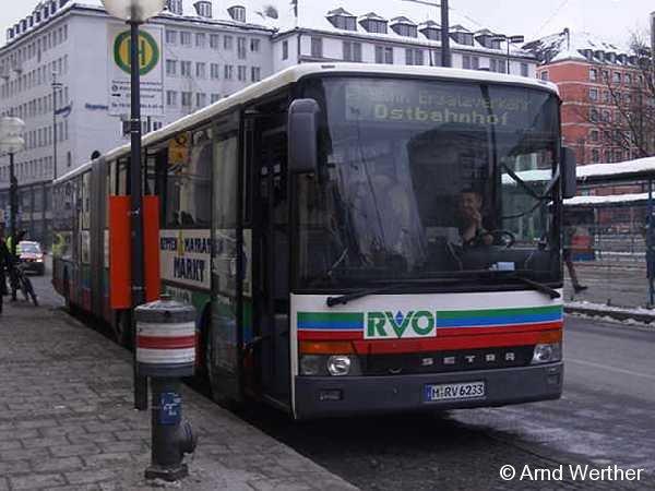 Ein Busfoto aus München: Während der wochenendlichen Stammstreckensperrung zur Ertüchtigung der meistbefahrensten S-Bahn-Linie kam ein ganzes Potpourri an Bussen zum Einsatz. Dieser RVO-Bus wartet am Hauptbahnhof auf seine Abfahrt quer durch die Münchner Innenstadt zum Ostbahnhof.
