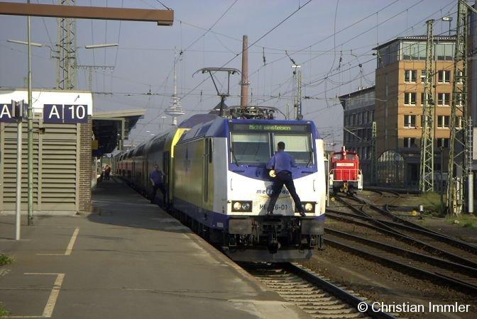 Während der Wartezeit in Bremen betätigt sich ein Metronom-Lokführer als Fensterputzer
