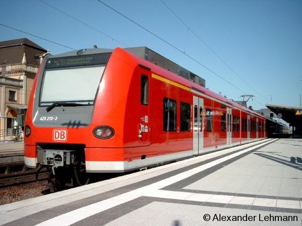 Eine Rhein-Neckar-S-Bahn als Linie S1 in Doppeltraktion in Neustadt (Weinstr.) Hbf. am 28.7.2004.