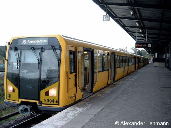 Ein Berliner H-Zug wartet am 2.10.2004 als Linie U5 in Hönow auf seine Abfahrt Ri. Alexanderplatz.