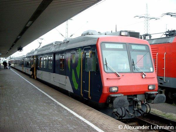 Ein vierteiliger SBB-Elektrotriebzug steht in Basel Badischer Bahnhof (CH) als Linie S6 Richtung Zell im Wiesental (KBS 735) am 11.10.2004 zur Abfahrt bereit.