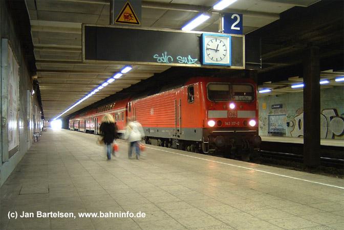 Der Bahnhof Halle-Neustadt war der einzige unterirdische Bahnhof, der in der DDR für die Deutsche Reichsbahn gebaut wurde. Der Bahnsteig ist relativ lang und faßt etwa 10 Doppelstockwagen. Heute ist nicht mehr ganz so viel Betrieb und die Züge der S-Bahn Halle fahren mit 3 Doppelstockwagen. Die Aufnahme mit der 143 117-0 entstand am 09. Mai 2005.