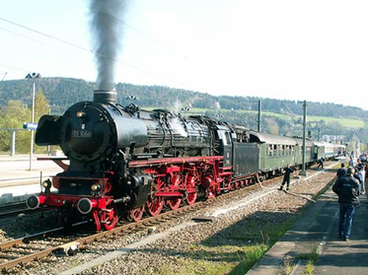 Unser Bild der Woche zeigt 01 1066 am 1. Mai 2005 beim Wasserfassen in Tuttlingen während einer Sonderfahrt des Vereins