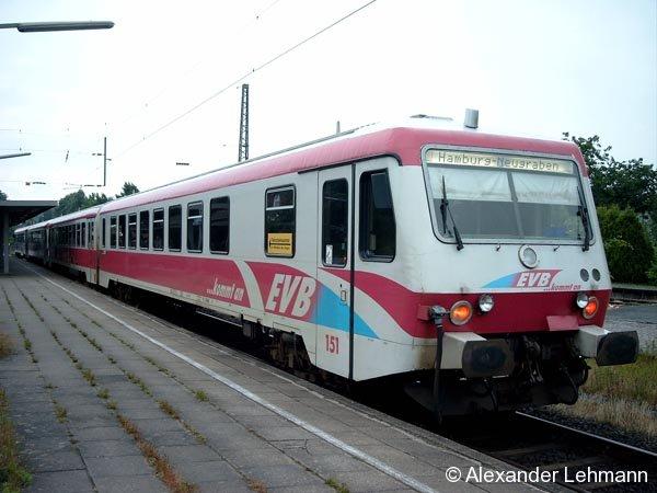 In Buxtehude an Gl. 4 steht eine Doppeltraktion VT 628 der Elbe-Weser-Verkehrsbetriebe (EVB) am 7. Juli 2005 zur Weiterfahrt Richtung Hamburg-Neugraben bereit. Seit die Hamburger S-Bahn bis Buxtehude fährt, ist das der neue Endpunkt der EVB. Damit wird Hamburg nicht mehr berührt.