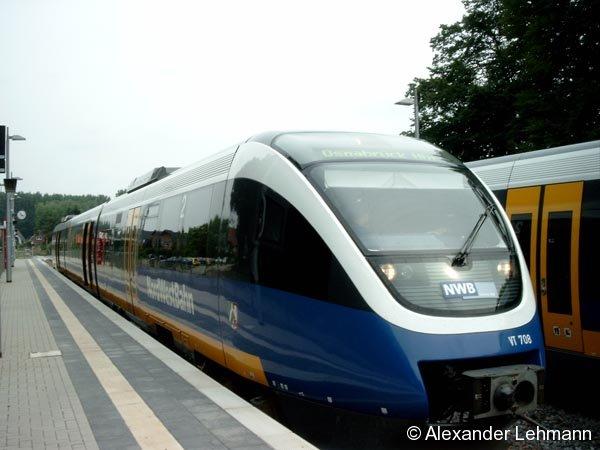 Im wiedereröffneten Bf. Wellendorf (KBS 402.1) kreuzen sich zwei TALENT-Triebzüge auf der eingleisigen NordWest-Bahn-Strecke