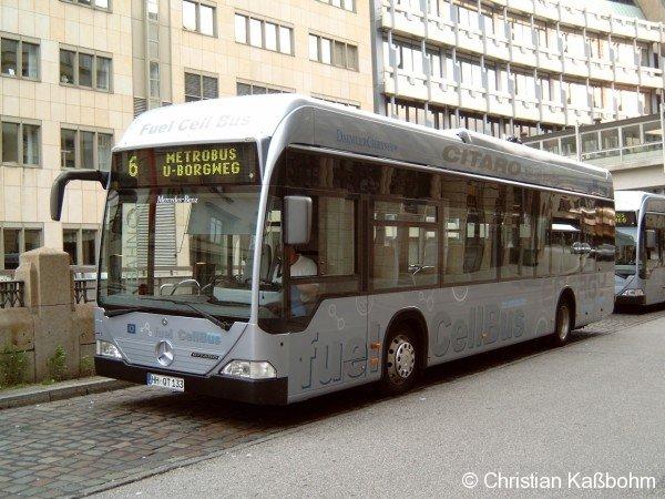 Brennstoffzellenbus der Hamburger Hochbahn an der Endhaltestelle U Rödingsmarkt.