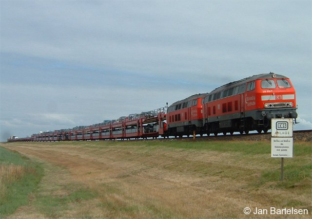 Zur Urlaubszeit ein weiteres Urlaubsfoto: Es zeigt einen DB-Autozug bei der Überquerung des Hindenburgdammes zur Insel Sylt am 18.07.2005. An der Spitze fährt 215 912-7