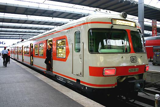 ET 420 001-0 der Interessengemeinschaft Münchner S-Bahn e.V. auf einer Jubiläums-Sonderfahrt am 21.08.2005 im Münchner Hauptbahnhof