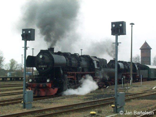 Dampflok-Doppeltraktion mit 52 8029-2 an der Spitze am 15.04.2000 in Karow (Meckl.)