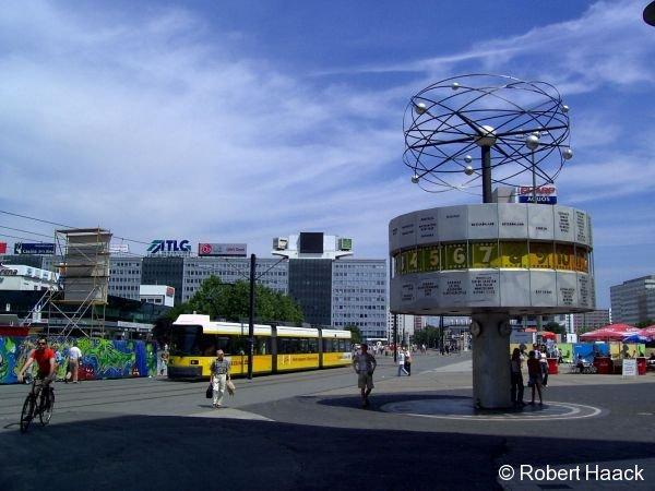 Eine MetroTram fährt gerade über den Berliner Alexanderplatz zum Hackeschen Markt. Rechts im Bild ist die bekannte Weltzeituhr zu sehen.