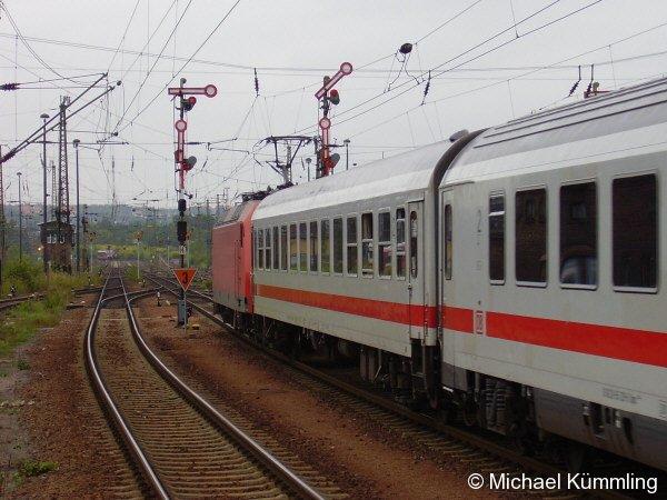 145 027 am 28.09.2005 vor IC 2151 von Nürnberg nach Dresden bei der Ausfahrt aus Chemnitz Hbf