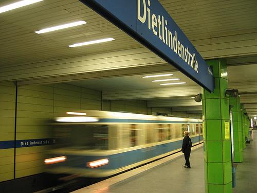 Münchner U-Bahnzug Typ A der Linie U6 fährt in den Bahnhof Dietlindenstraße ein