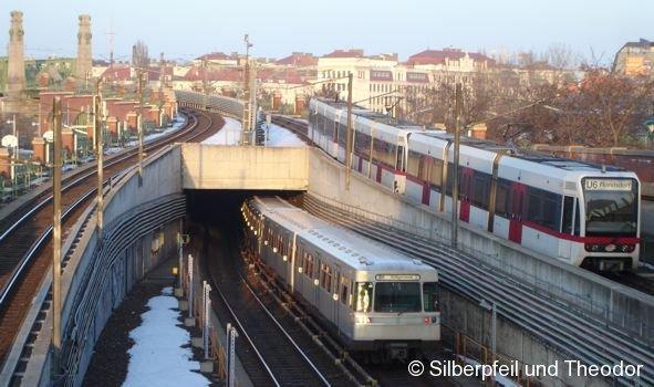 Eine U11-Garnitur Richtung Heiligenstadt und eine dreiteilige Theodor-Einheit nach Floridsdorf verlässt den U-Bahnhof Längenfeldgasse in Wien.