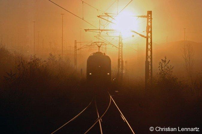 Während des Sonnenaufgangs am nebligen 12. Novembers rollt 1116 030 in den Betriebshof am Rangierbahnhof München-Nord.