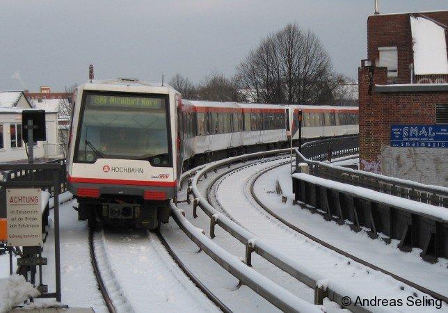 Ein Hamburger U-Bahn-Zug vom Typ DT4 am 30.12.2005 auf der Linie U2.