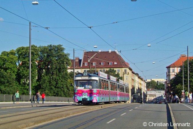 Die Blumentram, die den Münchner Trambahnverkehr von Mitte Juni bis Ende September 2005 etwas bunter machte, überquert am 5. August auf der Reichenbachbrücke die Isar.