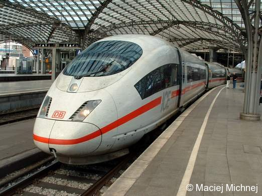 ICE3, Hauptbahnhof Köln am 29.08.2004 zur Abfahrt bereit.