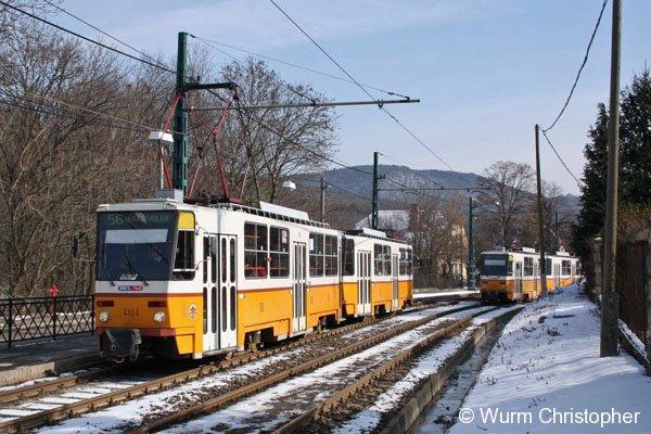 Tram Budepast: Der Tatra 4106 als Linie 56 auf den Weg nach Hüvösvölgy erreicht die Haltestelle