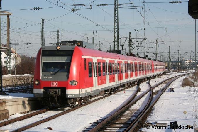 423 155-1 fährt hier bei strahlenden Sonnenschein den Pasinger Bahnhof an.