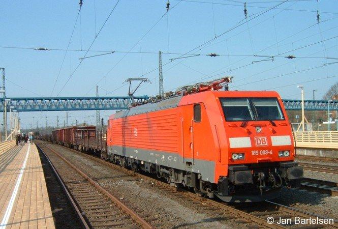 189 009-4 am 02. April 2004 mit einem Güterzug im Bahnhof Buchholz (Nordheide)
