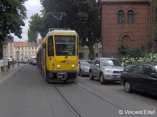 Nach S-Bf. Schöneweide steht eine Berliner T6-Traktion, geführt von Tw 5212, zur Abfahrt an der Haltestelle
