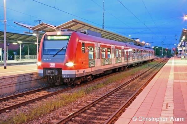 423 647 wartet auf die Ausfahrt aus Holzkirchen. Er stellt einen Zug der S5 nach Herrsching