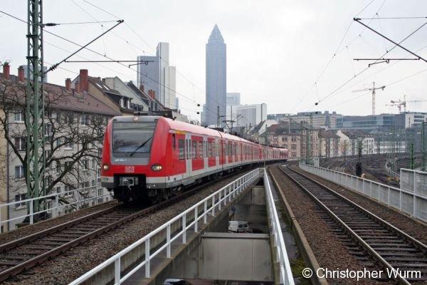 Mit der Skyline von Frankfurt (Main) im Hintergrund fährt 423 914 als S4 nach Groß Karben Frankfurt West an.