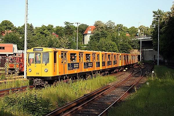 A3E im Stationverkehr auf der U2, mit Deutsch-Brasilianischer Beflaggung im Führerstand