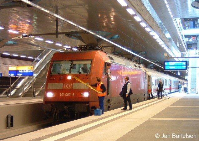Zug-Übergabe in Berlin Hauptbahnhof. Die Lokführer führen ein kurzes Übergabe-Gespräch, während die Lokomotive 101 063-6 gereinigt wird. Die Aufnahme entstand Anfang Juni 2006.