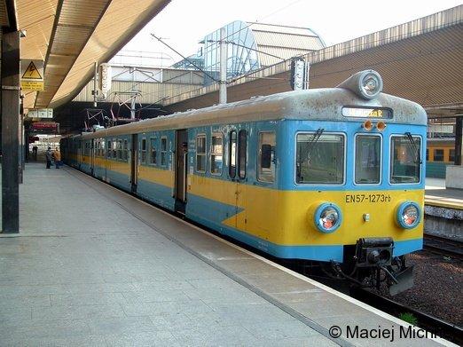 Ein dreiteiliger PKP-Elektrotriebzug EN57 steht in Krakow Hauptbahnhof (Polen) Richtung Wieliczka am 29.04.2005 zur Abfahrt bereit.