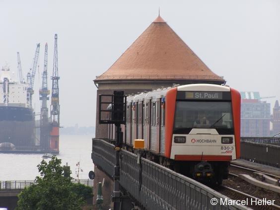 DT3 830 am 26.6.06 kurz vor dem Bahnhof Baumwall.