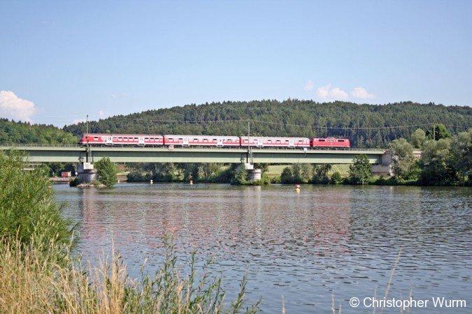 Regionalbahn von Regensburg nach Ulm hat gerade den Haltepunkt Poikam verlassen und überquert die Poikamer Eisenbahnbrücke.