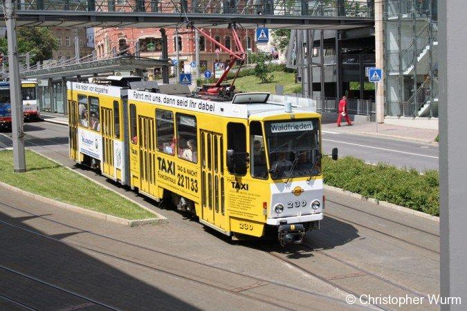 Wagen 230 verlässt in Plauen die zentrale Haltestelle Tunnel in Richtung Waldfrieden.