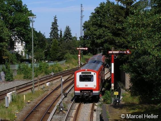 BR 472 der Hamburger S-Bahn bei der Einfahrt in den Bahnhof Blankenese, 15.7.2006.