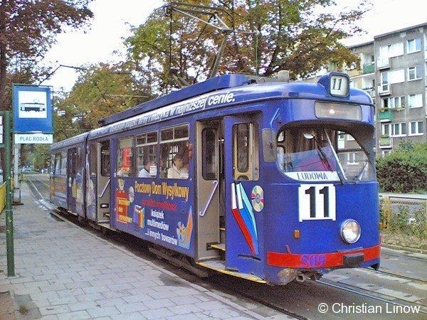 Düsseldorfer GT6 als Wagen 509 in Stettin am 2. August 2006 am Plac Rodla zur Weiterfahrt auf der Linie 11 nach Ludowa. Ihre Zukunft ist ungewiß. Wenn die Tatra-Wagen der BVG gekauft werden, wird ihre Abstellung bereits im nächsten Jahr wahrscheinlich. Markant ist der Umbau im Einstiegsbereich. Der Fahrerplatz erhielt durch die erste Tür einen eigenen Zugang.