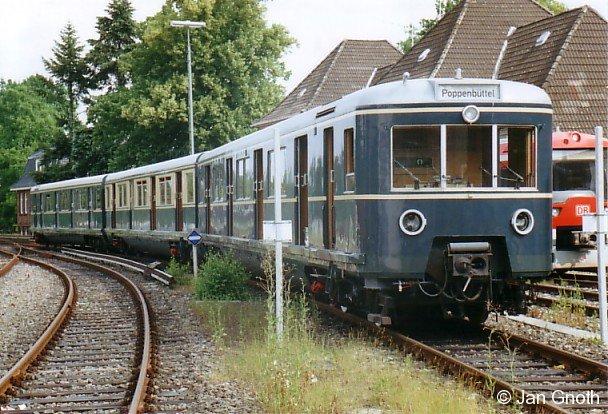 Der Museumszug der Hamburger S-Bahn 471 082 im Juli 2006 vor der Einfahrt des Bw Ohlsdorf.