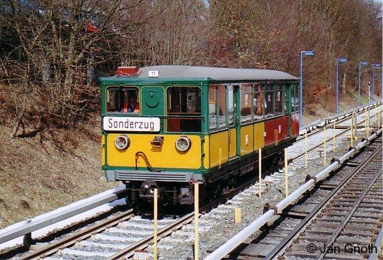 Nach 1 1/2 halbjähriger schadensbedingter Abstellungszeit machte der T-Wagen 11 im März 2006 Probefahrten auf dem Versuchsgleis Farmsen - Berne.