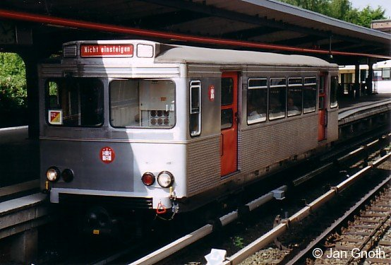 Der frisch restaurierte TU2 8762 ex. T13 392 der Hamburger Hochbahn steht in Barmbek zu einer bestellten Sonderfahrt bereit.