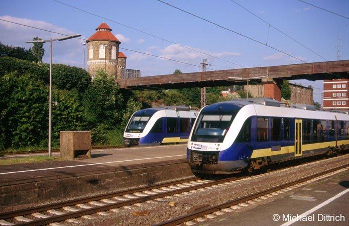 VT 514 und VT 515 treffen sich in Osnabrück Hbf. Im Hintergrund der Wasserturm von Osnabrück.