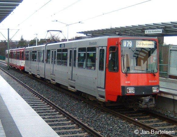 Wagen 4244 der Düsseldorfer Rheinbahn verlässt am 18.02.2006 auf der Linie U79 in Duisburg die Hst.