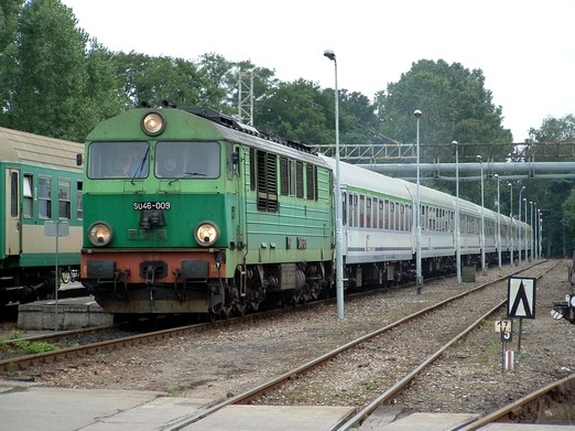 """Foto am 14.08.2006 im Hel Bahnhof (Polen). Diesel Mehrzwecklok SU46-009 mit """"IRE"""" 51410 (Hel –Warschau)."""