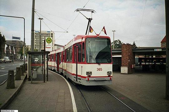 Der Wagen 365 wartet im Sommer 2006 am Nürnberger Hauptbahnhof auf seine Abfahrtszeit Richtung Bayernstraße