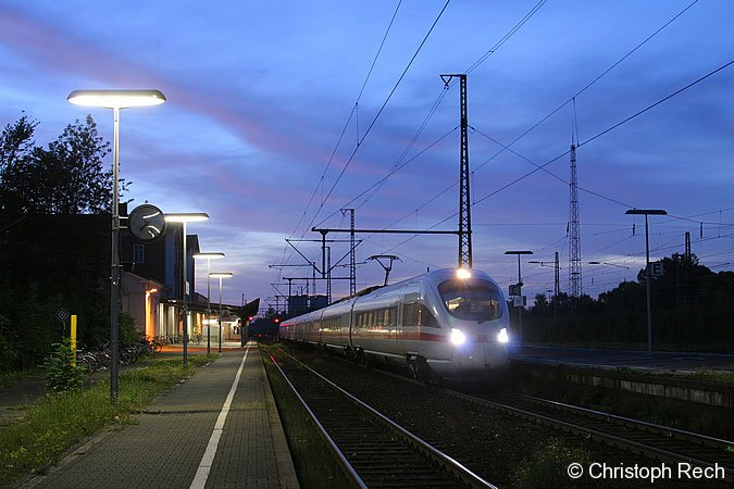 411 061 legt am 8. Oktober 2006 einen kurzen Zwischenstopp in Soest ein. Danach wird er seine Fahrt durch die Nacht nach Leipzig fortsetzen.