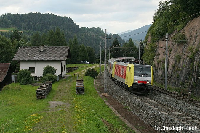 189 909 in Diensten der ÖBB mit dem morgendlichen Korridorzug nach Lienz in Gries am Brenner. 17.08.2006