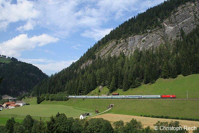1116 081 mit einem Eurocity nach Italien beim erklimmen der Brennerstrecke im südlichen Bogen von St. Jodok am 17. August 2006.
