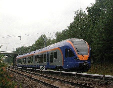 Am 28.08.06 steht ein Elektrotriebwagen der BR427 auf dem Testgleis in Hennigsdorf Nord. Diese Züge wurden im Dezember an die Cantus Verkehrs Gesellschaft übergeben. Hier zu sehen ist der Wagen Nr. 001. Hersteller dieser Züge ist die Firma Stadler in Velten.