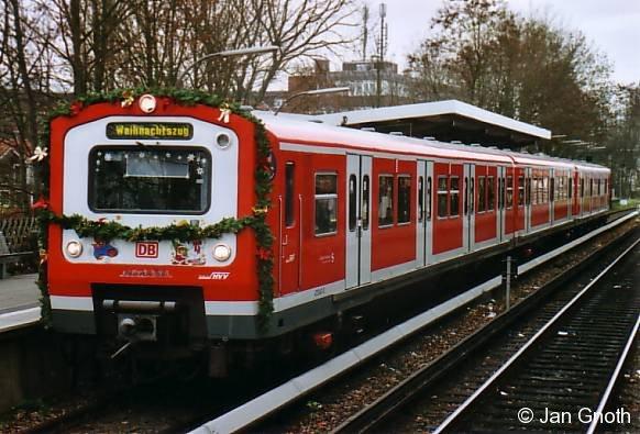 Das Bild zeigt den diesjährigen Weihnachtszug der Hamburger S-Bahn (472 247) in Hamburg-Bergedorf. BahnInfo wünscht allen Leserinnen und Lesern ein frohes und gesegnetes Weihnachtsfest!